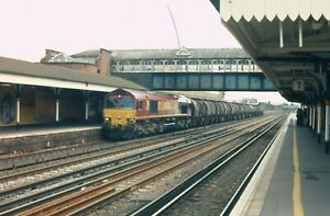 ORIGINAL DIESEL LOCOMOTIVE RAILWAY TRAIN COLOUR SLIDE EWS CLASS 66 ON OIL 66015.