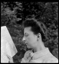 Femme lisant le journal  - Ancien négatif photo an. 1950