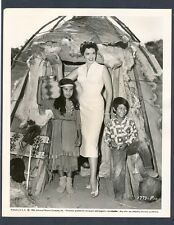 SEXY JANE RUSSELL + NATIVE AMERICAN INDIAN KIDS - 1955 PHOTO IN NEAR MINT COND.