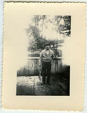PHOTO ANCIENNE-HOMME PÊCHEUR CURIOSITÉ - MAN FISHING CURIOSITY -Vintage Snapshot