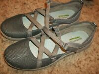 Nice BARE TRAPS Memory Foam Strappy Flat Shoes Size 9 42