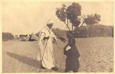 5414) LIBIA, CIRENAICA, OASI DI GIALO, LA FIGLIA FA DA GUIDA AL PADRE CIECO.