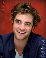 Robert Pattinson: Rosso-Mini poster 40 CM x 50 cm Nuovo e Sigillato