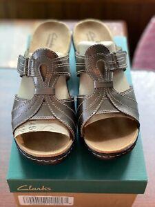 Clarks Bendables Lexi Empress Leather T-Strap Slides A220827 11W Metallic