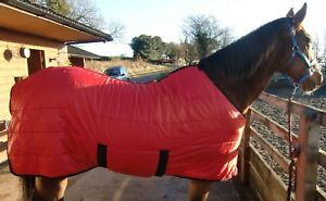 Maximo med weight 200 gram fill stable rug. Feature special design belly flap .