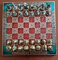 METAL GOLD/SILVER COLOURED CHESS SET IN THE FORM OF CAVALIERS + DECORATIVE BOARD
