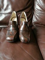 NEW CLARKS SIZE 4 D GABRIEL SOHO DARK TAN BROWN SNAKE LEATHER HIGH HEELS LADIES