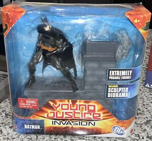 DC Universe Young Justice Invasion Batman w/ Sculped Diorama Bruce Wayne Mattel