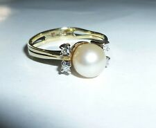 Ring aus 585er Gelbgold mit Perle und Diamanten