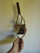 Beau Presse purée ancien en fer ( Déco Loft - A détourner en spot ?)