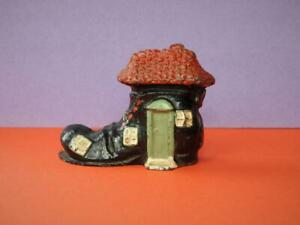 SUPERB VINTAGE RARE LEAD OLD WOMAN WHO LIVED IN A SHOE BOOT FIGURE MOULTOY RACO