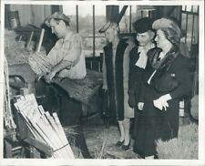 1944 Press Photo Women Watch Man Make Straw Broom Lighthouse For Blind Seattle