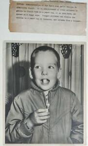 ca. 1950s VINTAGE PRESS PHOTO CHILD TAKING SABIN ORAL POLIO VACCINE PFIZER & CO.