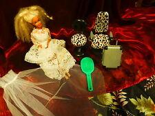 barbie de 1976 +fauteuils ,valise ,brosse et voile