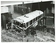 *** TRES BELLE PHOTO ORIGINALE : POMPIERS DE PARIS - AUTOBUS TOMBE DANS LA SEINE