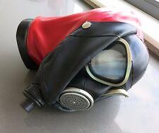Latex Gasmaske GP7 mit roter Haube schwarzen Augenklappen Atembeutel Anschluss M