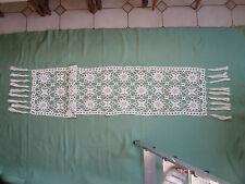 dessus de meuble milieu de table ancien au crochet avec franges longueur 2,00  m