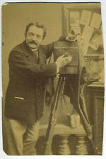Autoportrait, photographe avec sa chambre. Schoepfli ? Suisse ? Appareil photo.