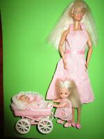 B643) BLONDE BARBIE MIT ROSA KLEID+SCHUHE+SHELLY+PUPPENWAGEN MIT BABY MATTEL