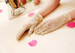 Gants courts beiges en dentelle 23cm poignets mariage cérémonie pinup rétro