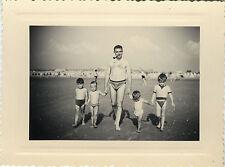 PHOTO ANCIENNE - VINTAGE SNAPSHOT - GROUPE ENFANT PLAGE FUMEUR PIPE DRÔLE -BEACH