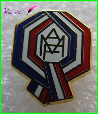 "Pin's "" AMF "" Association des Maires de France ruban Arthus Bertrand Paris #1364"