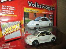 Johnny Lightning  Volkswagen 2000 new beetle white bug  VW 1:64