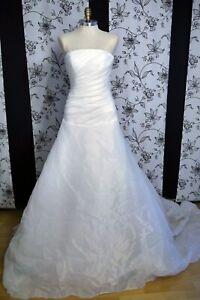 Ein schönes Brautkleid mit Schleppe.