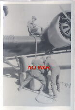 WWII ORIGINAL GERMAN WAR PHOTO SOLDIERS REPAIR LUFTWAFFE AIRPLANE =