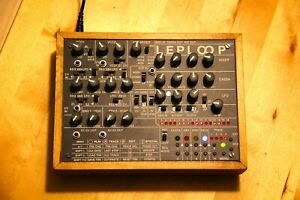 Leploop v2, Groovebox, Synthesizer, Sequencer, mit Unterschrift des Erfinders