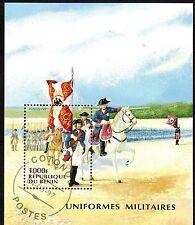 0088+ TIMBRE BENIN  BLOC  UNIFORMES    1997