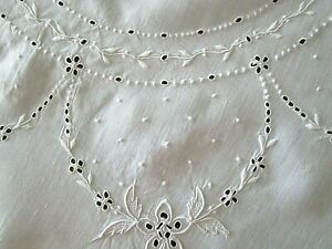 """Lovely VTG 33 1/2"""" Round TABLECLOTH~LINEN w/Fabulous MADEIRA Hand Embroidery"""