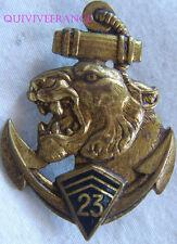 IN8242 - NSIGNE 23° R.I.C, doré, chiffre 23, émail, dos guilloché, 2 anneaux