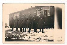7/487 FOTO DEUTSCHER SOLDATEN MIT STAHLHELM VOR EINER BARACKE GEWEHR WACHE