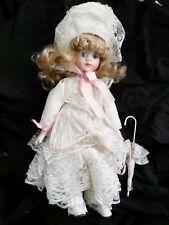Poupée H 42 cm magnifique robe en dentelle avec ombrelle
