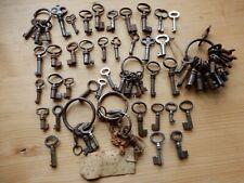 Lot de 60 anciennes petites clés de cadenas coffret décoration clés creuses