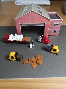 N Gauge N Scale Forklift truck x 3 x cargo