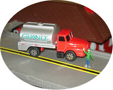 MAISTO - GRANDE MILK TANKER TRUCK - S TRAIN VEHICLE (2 available)