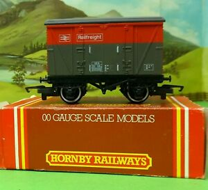 Hornby R117 Ventilated Van VEA  Railfreight red/grey boxed OO (g)