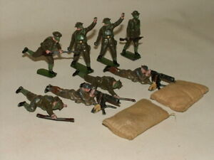 BRITAINS VINTAGE SOLDIERS BRITISH INFANTRY IN ACTION CHARGING SHOOTING 1615 LOT