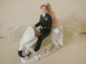 Hochzeit-Brautpaar auf Motorroller oder, Motorrad, Tisch- und Tortendekoration