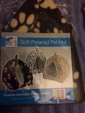 Marrón suave Pirámide Pet Hut Con Polar Cojín