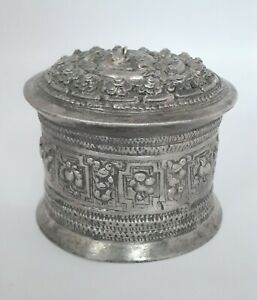 Beautiful Chased Silver Repousse Betel Box Thai/Burma Rare Collectible.G10-57