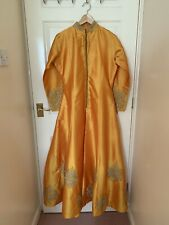 Damas de manga larga de seda amarillo asiático Tafetta vestido de cola de pez de trabajo de hilo dorado Med