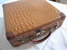 Belle petite valise ancienne en carton façon croco.