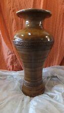 JARRÓN de barro, pintado en colores marrones, 62 cms. de alto