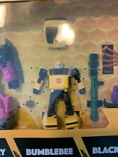 TRANSFORMERS BUZZWORTHY WORLDS COLLIDE WAR FOR CYBERTRON BUMBLEBEE IN HAND