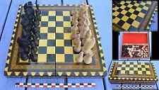Très beau jeu d'échecs marqueté des années 1980, pièces en bois peint,