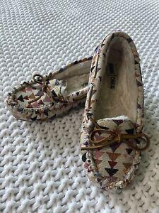 Minnetonka Patterned Moccasins Size 7 Womens Flats Slippers