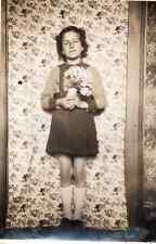 Photographie anonyme vintage snapshot papier peint intérieur fleur fillette